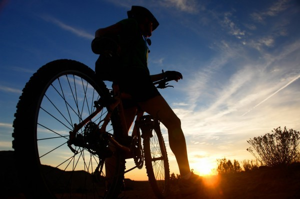biking-wallpaper-1366x768-hd-sun-shine-mountain-600x399